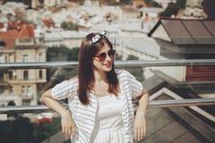 Mujer joven elegante hermosa en gafas de sol, vestido retro y hea imagen de archivo libre de regalías