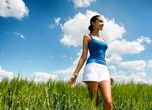 Mujer joven elegante hermosa en un campo verde Imagen de archivo