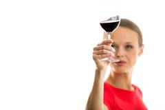 Mujer joven elegante que come un vidrio de vino rojo Imagen de archivo libre de regalías