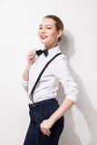 Mujer joven elegante que lleva a cabo su corbata de lazo Imagenes de archivo