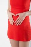 Mujer joven embarazada con la muestra del corazón Fotografía de archivo libre de regalías