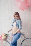 Mujer joven embarazada feliz que espera a un niño Imagen de archivo