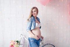 Mujer joven embarazada feliz que espera a un niño Imagen de archivo libre de regalías