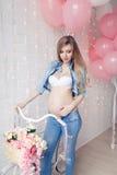 Mujer joven embarazada feliz que espera a un niño Foto de archivo libre de regalías