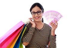 Mujer joven emocionada con los panieres y 2000 notas de la rupia Fotografía de archivo libre de regalías