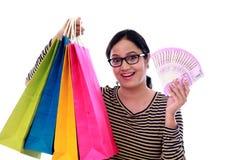 Mujer joven emocionada con los panieres y 2000 notas de la rupia Imágenes de archivo libres de regalías