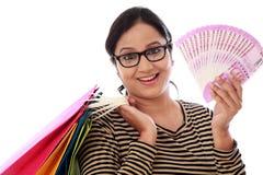 Mujer joven emocionada con los panieres y 2000 notas de la rupia Imagen de archivo libre de regalías