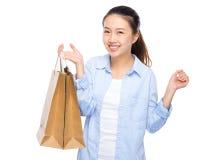 Mujer joven emocionada después de hacer compras Foto de archivo libre de regalías