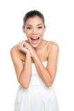 Mujer joven emocionada feliz aislada en blanco Foto de archivo libre de regalías