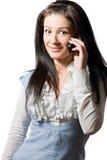 Mujer joven emocionada feliz que habla en el teléfono Imagen de archivo