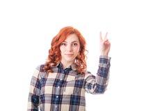 Mujer joven emocionada feliz que muestra la muestra de la victoria Foto de archivo libre de regalías