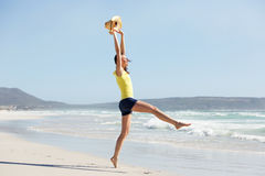 Mujer joven emocionada que disfruta de día de fiesta en la playa Imagenes de archivo