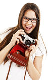 Mujer joven emocionada que grita sosteniendo una cámara Fotos de archivo libres de regalías