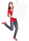 Mujer joven emocionada que lleva a cabo a la tarjeta blanca vacía Imagen de archivo libre de regalías