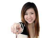 Mujer joven emocionada que señala en la cámara Imágenes de archivo libres de regalías
