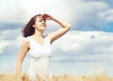 Mujer joven, emocional y feliz en un prado del centeno g hermoso Imagen de archivo
