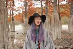 Mujer joven en árboles de ciprés imágenes de archivo libres de regalías