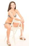 Mujer joven en actitudes del bikini Foto de archivo
