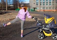 Mujer joven en aeróbicos de la aptitud del traje Fotos de archivo libres de regalías