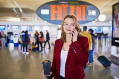 Mujer joven en aeropuerto internacional imagen de archivo libre de regalías