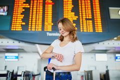 Mujer joven en aeropuerto internacional fotos de archivo