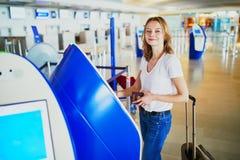Mujer joven en aeropuerto internacional imagenes de archivo