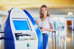 Mujer joven en aeropuerto internacional imágenes de archivo libres de regalías