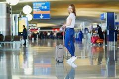 Mujer joven en aeropuerto internacional fotografía de archivo libre de regalías