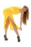Mujer joven en alineada amarilla Foto de archivo libre de regalías
