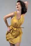 Mujer joven en alineada amarilla que fluye Fotos de archivo