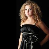 Mujer joven en alineada elegante negra Foto de archivo