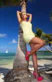 Mujer joven en alineada en la playa Foto de archivo libre de regalías
