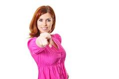 Mujer joven en alineada rosada que señala un dedo en usted Imágenes de archivo libres de regalías