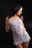 Mujer joven en alineada transparente y granos brillantes Imagenes de archivo