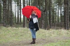 Mujer joven en arbolado en invierno Fotos de archivo libres de regalías