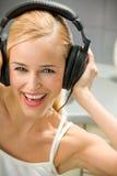 Mujer joven en auriculares Imagenes de archivo