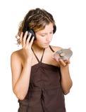 Mujer joven en auriculares que escucha la música fotografía de archivo