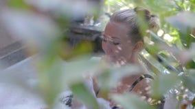 Mujer joven en bañera almacen de metraje de vídeo
