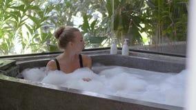 Mujer joven en bañera almacen de video