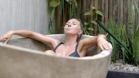 Mujer joven en bañera metrajes