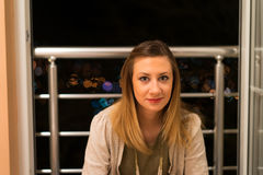Mujer joven en Balkony Fotografía de archivo libre de regalías