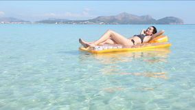 Mujer joven en balsa de la piscina almacen de video