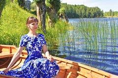Mujer joven en barco Imagenes de archivo