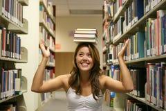 Mujer joven en biblioteca Imagen de archivo libre de regalías