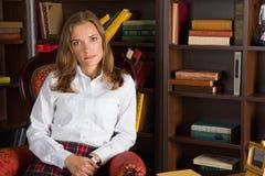 Mujer joven en biblioteca foto de archivo libre de regalías