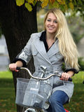 Mujer joven en bicylce Imágenes de archivo libres de regalías
