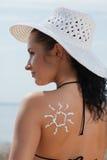 Mujer joven en bikiní y sombrero con la protección solar. Imagen de archivo libre de regalías