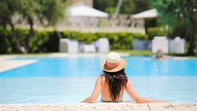 Mujer joven en bikini en la piscina grande almacen de video