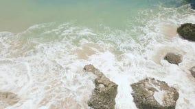 Mujer joven en bikini en orilla y salpicar de mar paisaje a?reo de las ondas de agua Ondas del mar que salpican con espuma y espr almacen de metraje de vídeo