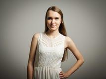 Mujer joven en blanco Fotografía de archivo